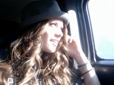 New photos perso de Caitlin ! Le chapeaux lui va très bien ♥