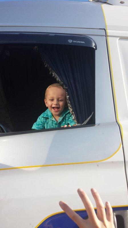 nathan dans le camion de son papa