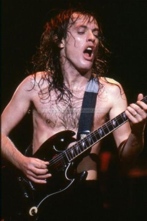 Le Guitar Hero, Angus Young