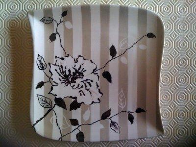 assiette rose noire avec bandes gris métallique
