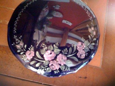 boite bleu de four avec roses peintes en couleurs interférentes