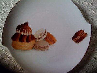 Pour les gourmands : religieuse et macarons. Vendu