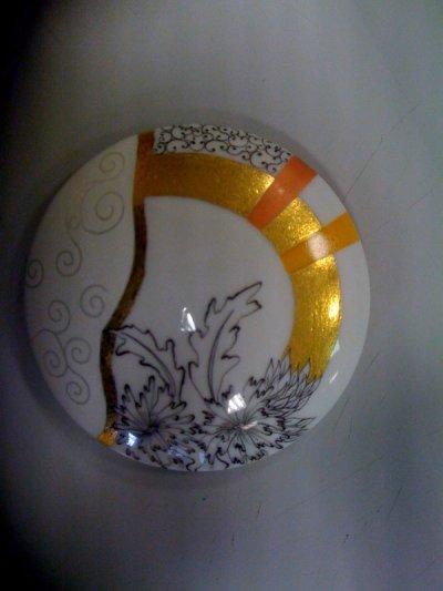 bonbonnière effets modernes : irisé sous blanc mat, tressaillage avec or et plume noire...