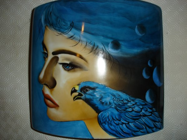 Femme et aigle. Peinture réalisée sur une grande lampe  ...en deux cuissons