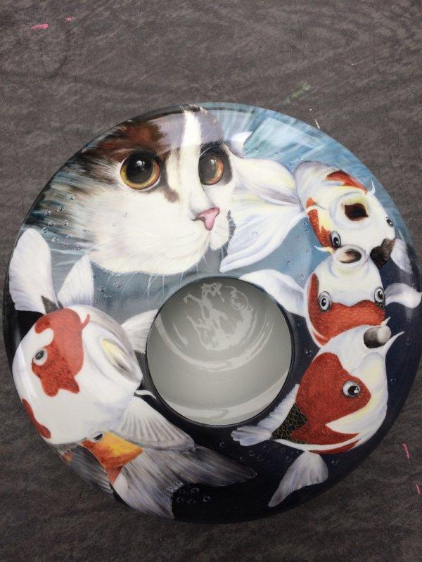 Mes dernières peintures : un chat et mes premiers essais à l'huile molle sur un grand plat et une assiette