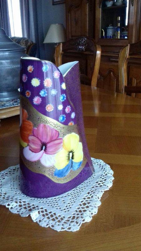 Je suis fière et heureuse de vous présenter une pièce qui a remporté le 1er prix exéco du concours régional de la peinture sur porcelaine de l'Armée , d'après un modèle de Faust/Harun . Bravo à Solange qui a remporté le prix au titre de l'année 2017 , l'année dernière ce fut Amélie qui remporta également le premier prix régional avec son si joli vase aux pensées couvert d'or mat .