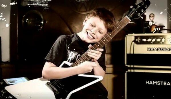 jcrois bien qu'il l'aime sa guitare :o