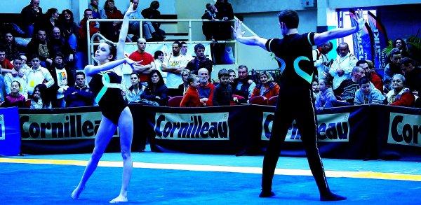 Dans moins d'un mois les compétitions de gymnastique acrobatique de niveau fédéral et national reprennent .