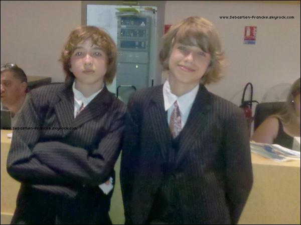 """Sebastien et son frère, Guillaume lors de l'entracte de la comédie musicale """"Annie"""" où les deux frangins jouaient,  Mardi 29 Mai  2011."""