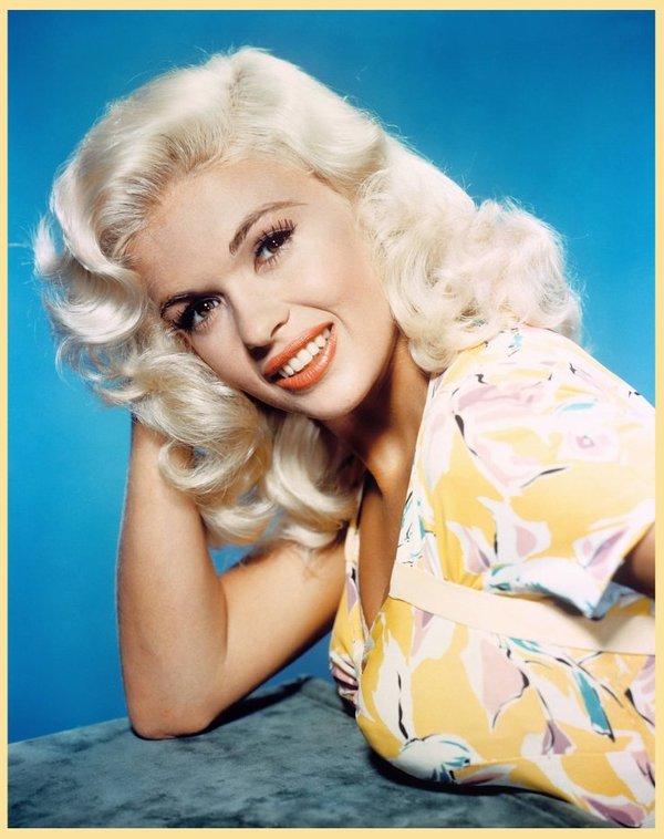 """Jayne MANSFIELD dans les années 50 : mini-bio : En 1954, encore inconnue, Jayne MANSFIELD part pour Hollywood dans la ferme intention d'y devenir une star de cinéma. Après un essai raté pour la Paramount, elle se résout à tourner pendant deux ans dans des séries Z racontant les exploits de femmes préhistoriques. Elle y apparaît déjà dans des tenues mettant en valeur ses mensurations de rêve, qui lui valent bientôt un surnom : """"Le Buste"""". Dotée d'un sens aigu de la publicité, elle fait également des apparitions scandaleuses et remarquées, notamment dans un Bikini en peau de léopard lors d'un cocktail. On la voit brièvement dans """"La Peau d'un autre"""" (Pete Kelly's blues, Jack WEBB, 1955) où elle tient le rôle d'une vendeuse de cigarettes. Elle y est remarquée par Frank TASHLIN, qui lui donne sa chance dans """"La Blonde et moi"""" (The Girl can't help it, 1956), qui la rend célèbre et la propulse au rang de """"nouvelle Marilyn"""". En 1957, elle joue dans une comédie de Broadway adaptée à l'écran, """"Will success Spoil Rock Hunter ?"""" (La Blonde explosive, F. TASHLIN). C'est alors qu'elle signe un contrat avec la Fox. Elle tente de cultiver le mythe de la star hollywoodienne, se fait construire une maison à Beverly Hills avec une piscine et un lit rose en forme de coeur, où elle pose fort peu vêtue pour les photographes en compagnie de son mari, Mikey HARGITAY, ancien M. Univers. La trentaine de films, au total, dans lesquels elle apparaît, la présentent comme une blonde nunuche et portent des noms évocateurs : """"Embrasse-la pour moi"""" (Kiss them for me, Stanley DONEN, 1957), """"La Blonde et le shérif"""" (The Sheriff of fractured jaw, Raoul WALSH, 1959). En 1959, la Fox refusant de renouveler son contrat, la carrière de Jayne MANSFIELD commence à décliner. Elle doit jouer dans des cabarets et renoue avec les péplums et les séries B, tout en tournant encore dans quelques films : """"La Blonde et les nus de Soho"""" (Too hot to handle, Terence YOUNG, 1959), """"Le Dompteur de femmes"""" (The George Raf"""