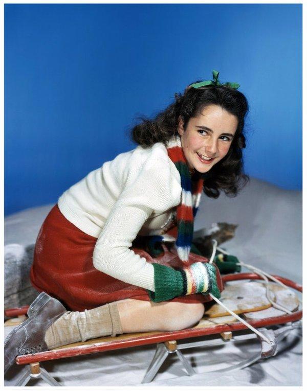"""Young Elizabeth TAYLOR dans les années 30-40 : Elle commence sa carrière à l'âge de dix ans et rencontre aussitôt le succès en tournant dans des films tels que """"Fidèle Lassie"""", le mélodrame """"Le Grand National"""" (qui lui vaut son premier triomphe personnel) réalisé par le directeur favori de Gréta GARBO, Clarence BROWN, """"Les Quatre Filles du docteur March"""" mis en scène par Mervyn LeROY (qui révéla Lana TURNER), la comédie """"Le Père de la mariée"""" de Vincente MINNELLI et sa suite…"""