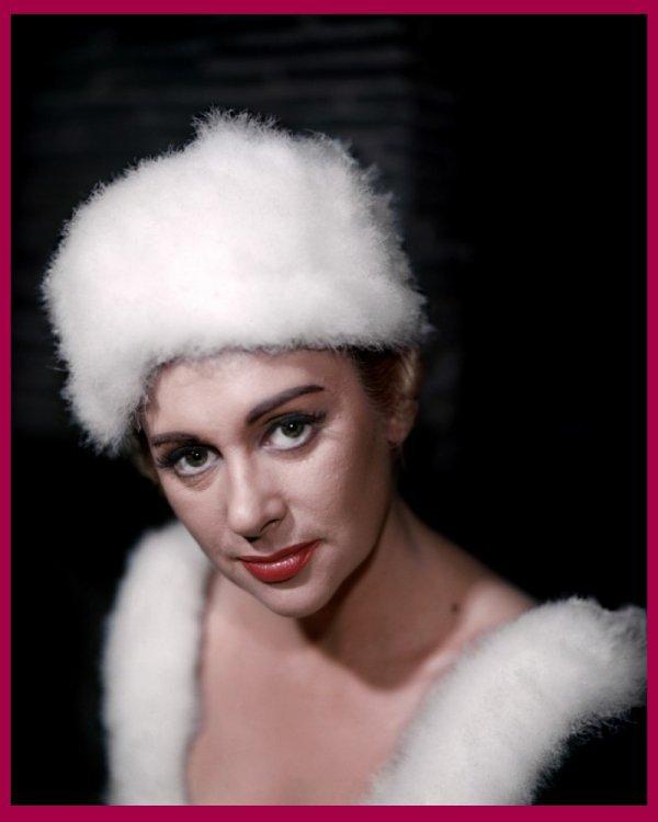 """Martine CAROL, de son vrai nom Marie-Louise Jeanne Nicolle MOURER, actrice française, née en 1920 et décédée en 1967. Dans les années 50, elle incarne à merveille la beauté française. Son rôle phare """"Caroline chérie"""" la consacre actrice préférée des français. Elle y incarne une aristocrate ravissante et déterminée qui survit à la Révolution et prend sa revanche sous l'Empire, en usant largement de ses talents de séductrice. En 1954, elle épouse le metteur en scène français Christian-JAQUE qui lui réserve des rôles à la mesure de sa plastique de rêve et du """"sex-symbol"""" typique des années 1950 qu'elle est devenue..."""