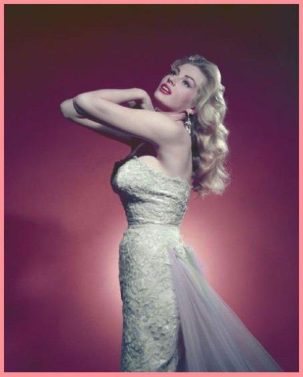 """Anita EKBERG... Dotée d'une plastique dite « spectaculaire » (Bob HOPE écrira à propos d'elle que ses parents mériteraient le Prix Nobel d'architecture), elle était surnommée « l'iceberg ». Elle reste dans la mémoire des cinéphiles pour la fameuse scène du bain dans la fontaine de Trevi, à Rome, dans le film """"La Dolce Vita"""" de Fédérico FELLINI ou pour son rôle de modèle vantant les mérites du lait sur un panneau publicitaire dans La Tentation du docteur Antonio, un sketch du film Boccace 70. Élue Miss Suède en 1950, Anita Ekberg échoue au concours de Miss Univers, mais signe un contrat de mannequin aux États-Unis. Elle débute pour les studios Universal dans des rôles mineurs."""