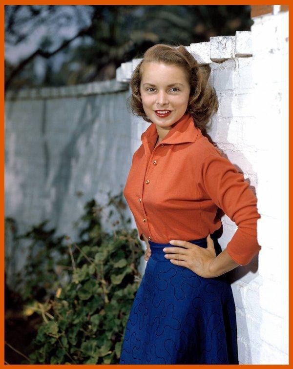 Janet LEIGH, de son vrai nom Jeannette Helen MORRISSON, naît le 6 juillet 1927 à Merced en Californie. Elle n'a aucun lien de parenté avec l'actrice Vivien LEIGH.