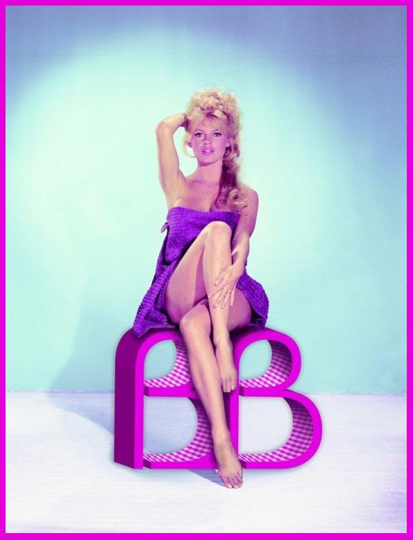 """Initiales B B : Brigitte BARDOT en 1959, par Sam LEVIN : mini-bio : Poussée par son père vers des études de musique et de danse, Brigitte BARDOT apparaît pour la première fois dans le magazine """"Elle"""" alors qu'elle n'a que 15 ans. Elle touche au cinéma avec 'Le Trou normand' en 1952, année où elle épouse le réalisateur Roger VADIM, malgré un refus parental. Leur union dure cinq ans, mais lui permet d'être propulsée vedette, grâce au film 'Et Dieu créa la femme' et au scandale provoqué par la façon dont son mari l'utilise à l'écran. Elle épouse en 1959 l'acteur Jacques CHARRIER, une brève union dont est issu son unique garçon, Nicolas. Incapable de l'élever, il est confié à son père. Elle joue aux côtés de Sami FREY, Simone SIGNORET et Alain DELON. En 1961, notre BARDOT nationale connaît une nouvelle vague de succès grâce à la chanson 'Brigitte BARDOT' d'un jeune Franco-argentin, un 45 tours qui fait le tour du monde."""