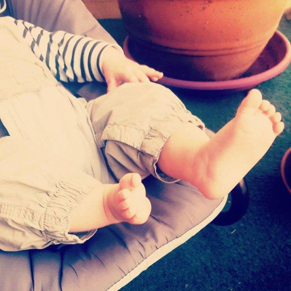 les petits pieds de valentin , le fils de ma cousine claire il a déjà 6 mois