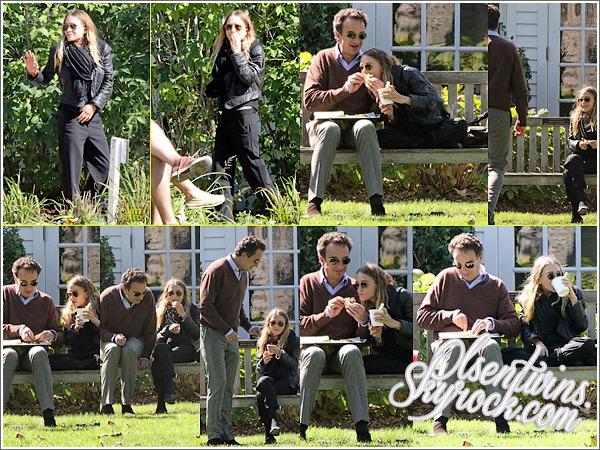 19 / 09 / 14 : Mary-Kate Olsen accompagné de sont amoureux Olivier Sarkozy ont été aperçu dans les Hamptoms à New York très complice.Il manger un morceaux ensemble sur un banc peu être dans un parc , je les trouve vraiment mignon un couple totalement normal partageant une superbe journée en rigolant etc... TOP !