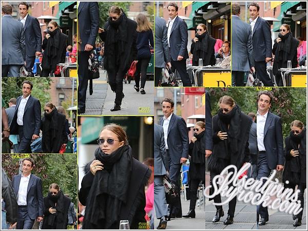 11 / 10 / 14 : Mary-Kate Olsen accompagné de sont amoureux Olivier Sarkozy ont été vue tout les deux se promenant dans les rues de New York.J'aime beaucoup la tenue de Mary-Kate malgré que sa soit tout en noir c'est un TOP ! il à l'air de faire froid à New York !