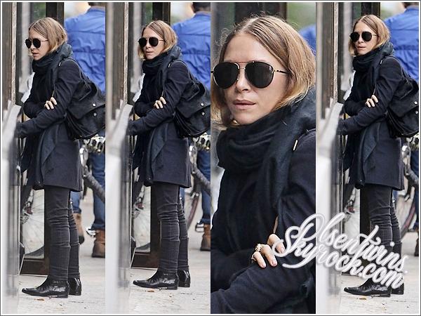 12 / 11 / 14 : Mary-Kate Olsen à été aperçu seule dans les rues de New York.Tenue 100% noir comme d'habitude j'ai envie de dire , et encore les cheveux tout aplatis, pour le coup j'aime juste c'est lunettes !