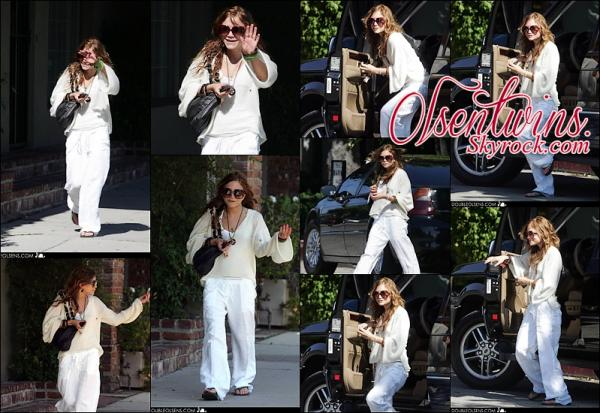 29/06/2005 : Mary-Kate Olsen à été vue dans les rues de Los Angeles.Habillé tranquillement , toute souriante je la trouve vraiment sublime sur c'est cliché ! pour moi c'est un TOP !