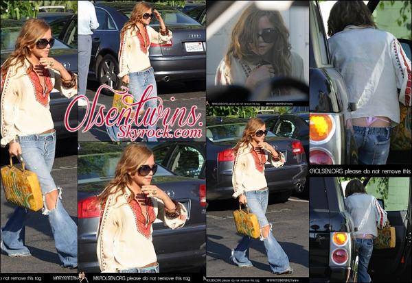 30/07/2005 : Mary-Kate Olsen à été aperçu dans les rues de Los Angeles.J'adore sont look bobo chic ! pour moi c'est un top ! à part sont string qu'on voit quand elle monte dans sa voiture MDR !