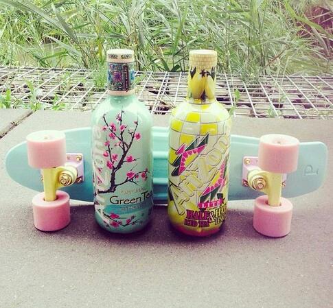 Hello ☀, l'été aproche alors pour profiter de vos vacances rien de tel que la boisson arizona et un skate au bord de la plage ❤