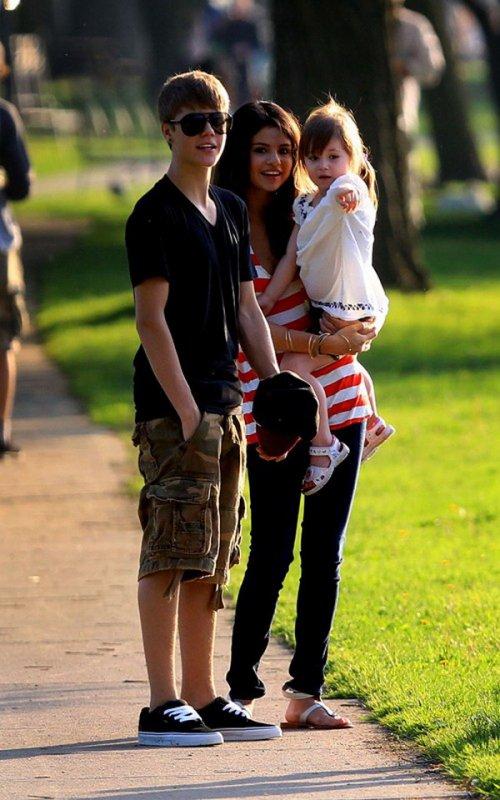 C'EST VRAIMENT SÉRIEUX: SELENA CONNAÎT LA FAMILLE DE JUSTIN
