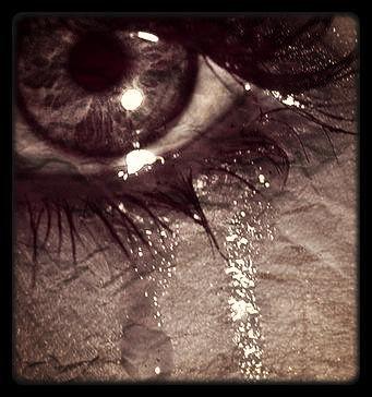 Les Larme coule sur ma joue sans que personne ne voit !! et sais larme sont pour toi!!