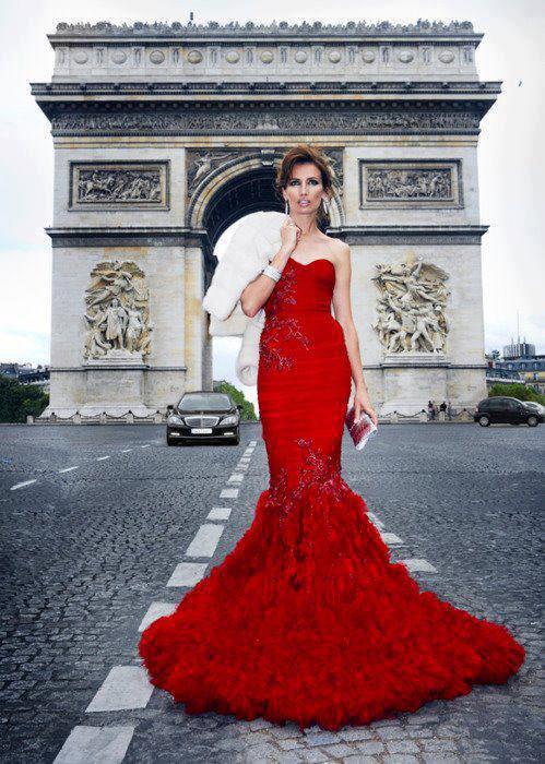 Modèle devant l'Arc de Triomphe :