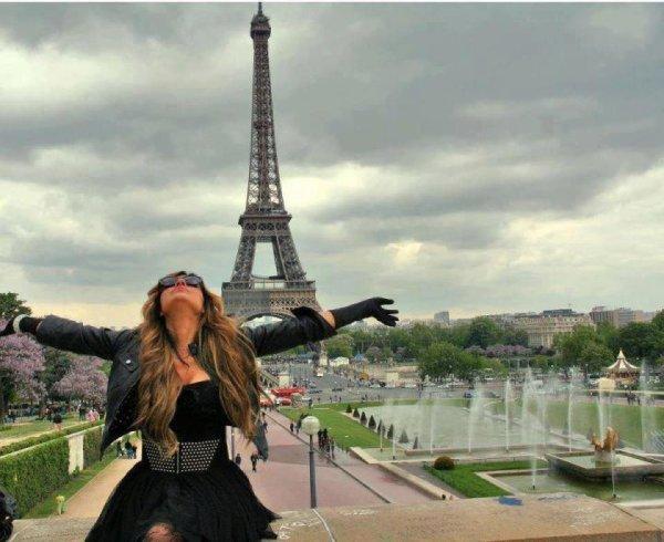 Modèle devant la Tour Eiffel :