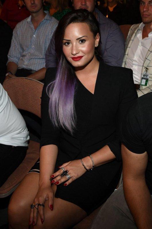 Demi Lovato : les cheveux lisses :)