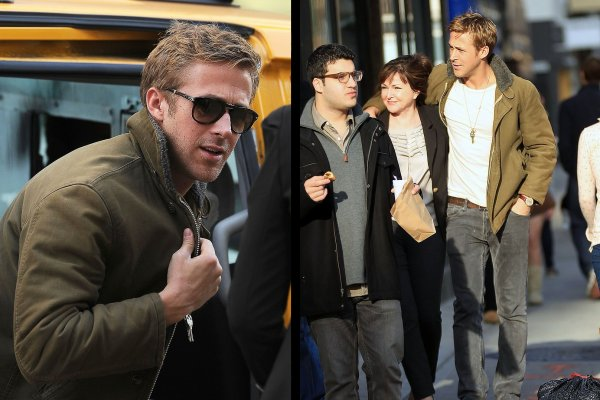 Ryan sortant d'un taxi en compagnie d'Eva Mendes puis marchant dans la rue avec un groupe d'amis et sa mère Donna, le 1er janvier