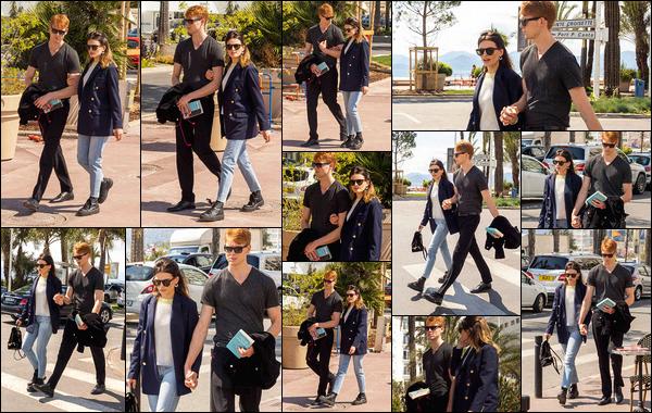 10 avril 2019 : Emma Mackey et son chéri Daniel Whitlam se baladaient ensemble sur la croisette, dans Cannes. (Fr) Les deux amoureux passaient du bon temps ensemble. J'aime beaucoup la tenue que porte Emma lors de cette sortie. Un beau top ! Alors, vous aimez ?