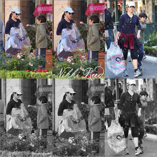.28.11.10 : Nikki ainsi que son petit frère font du shopping pour les cadeaux de noel a la boutique The Grove. OMG c'est quoi ce look de plouck Nikki ? de pire en pire dirons nous --'. .