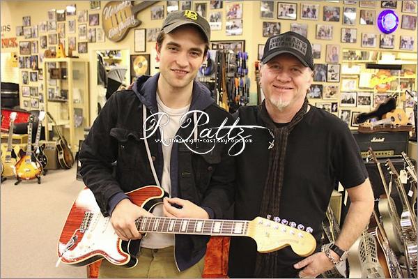 """.27.11.10 : Robert au magazin de guitare """"Norman's Rare Guitars"""". Ou est Kristen Rob ? :( Tu aurais put la prendre avec toi ! ."""