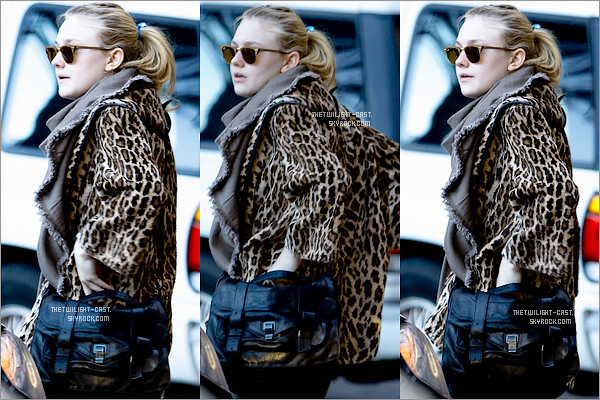 .08.12.10 : Dakota Fanning a l'aéroport international de Los Angeles.  06.12.10 : Dakota  Arrivant a l'hôtel 'The Four Seasons' a Beverly Hills.  .