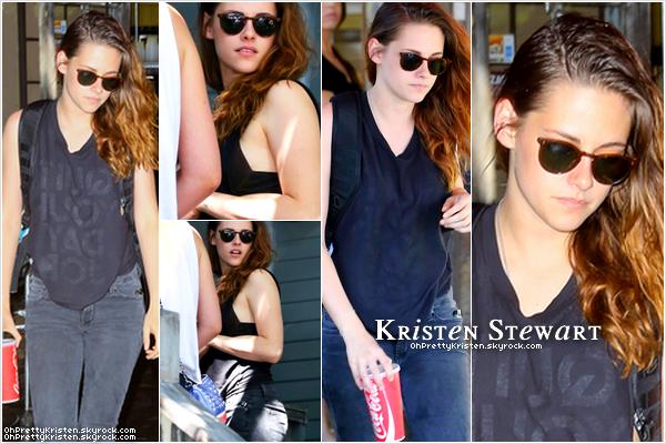 Le 15 aout 2013 / - Kristen a été vue quittant une banque à Los Angeles .