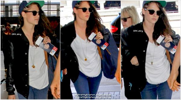 Le 19 aout / - Kristen arrivant à l'aéroport de LAX à Los Angeles .