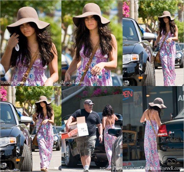 30.08.2010 // Vanessa accompagné de son papa : Greg dans Studio City Elle est MAGNIFIQUE ! :D Même si j' aime pas trop les motifs de sa robe ! :S