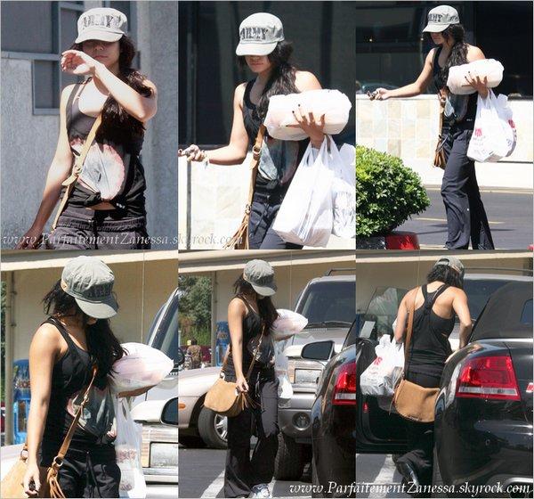 31.08.2010 // Vanessa allant dans une épicerie de Studio City