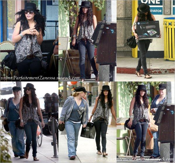 12.10.2010 // Nessa se promenait sur la Santa Monica Promenade avec une amie où elle a acheté une imprimante à l' Apple Store J ' aime sa tenue & Vous ? :)