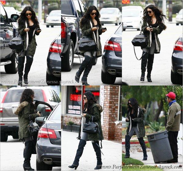 23.12.2010 // Vanessa était de sortie, elle s' est rendue dans le magasin Barneys New York de Beverly Hills achetant quelques cadeaux de dernières minutes tout en étant au téléphone ( Voir vidéo ? ) A qui peut- elle bien téléphoné ? Zac ? :)