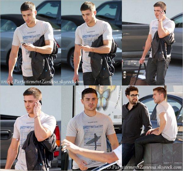 20.01.2011 // Zac sortant d' un studio à Hollywood portant un sac « Zan Food » . Il venait de travailler sur la voix du prochain film « Dr. Seeus » Zac a les même chaussures que moi ! ^^