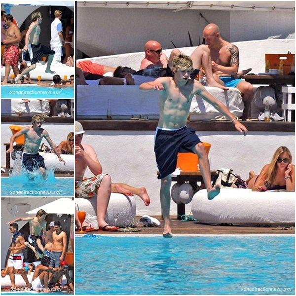 07.07- Niall à la piscine, à Marbella (Espagne). -Ca me fait plaisir, pour une fois que l'on peut apercevoir Niall sans tee-shirt qui cache son mignon petit corps.Je sent qu'il va attraper des gros coup de soleil vu son teint, il est trop blanc mais ça n'empêche pas le fait qu'il est magnifique.-