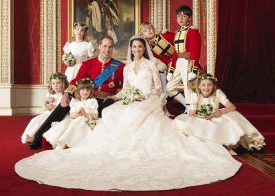 Les jeunes mariés avec les enfants d'honneurs
