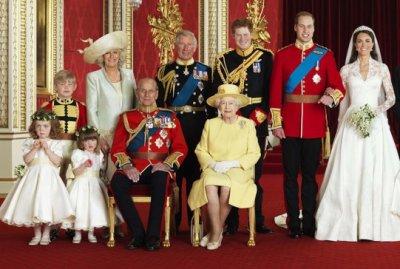 Les jeunes mariés avec la famille royale
