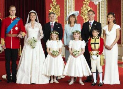 Les jeunes mariés avec la famille de Kate