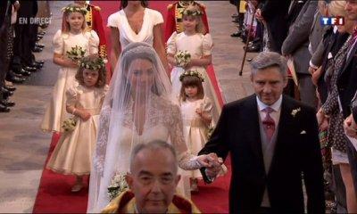 Kate s'avance dans l'Abbaye au bras de son père
