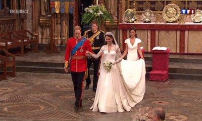 Kate & William sortent lentement de l'Abbaye