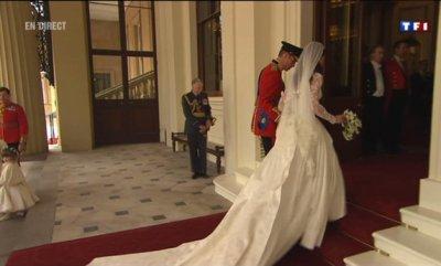Les mariés se dirigent vers les salons de la Reine